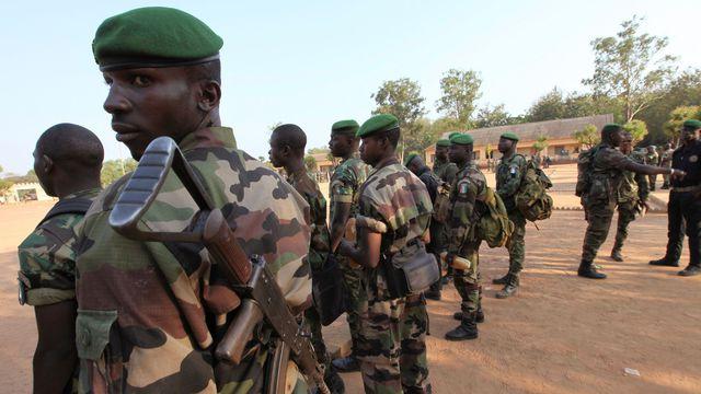 Des rebelles participent à une cérémonie militaire, à leur quartier général de Bouaké, en Côte d'Ivoire, le 4 décembre 2010. REUTERS/Luc Gnago