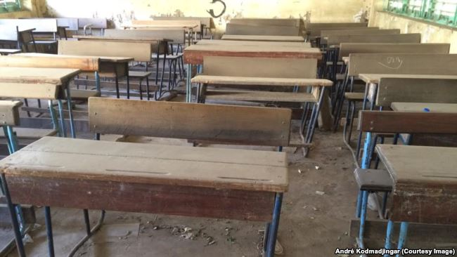 Une salle de classe vide au Lycée Félix Eboué, à N'Djamena, Tchad, 3 novembre 2016. VOA/ André Kodmadjingar