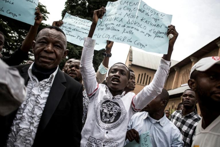 Des manifestants rassemblés à Kinshasa, le 12 janvier 2018, à l'issue d'une messe en hommage aux victimes de la marche du 31 décembre 2017 contre le président congolais Joseph Kabila / © AFP/Archives / JOHN WESSELS