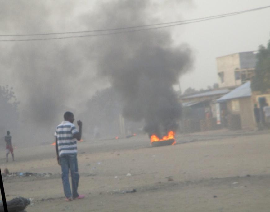 Un pneu brûlé ce samedi matin à N'Djamena, en signe de protestation d'étudiants.