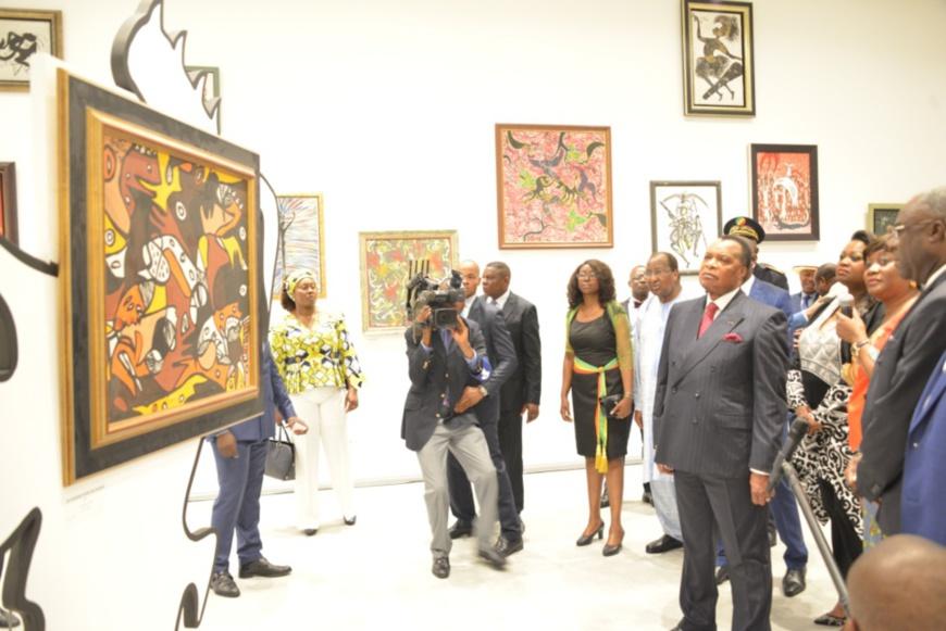 Denis Sassou N'Guesso visitant l'exposition des œuvres de Marcel Gotene