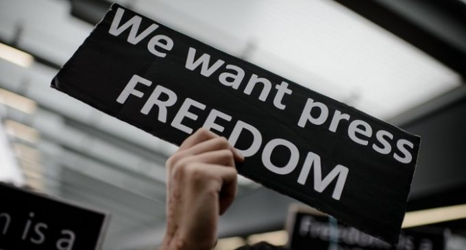 Une pancarte appellant à la liberté de la presse. Crédits photo : DR