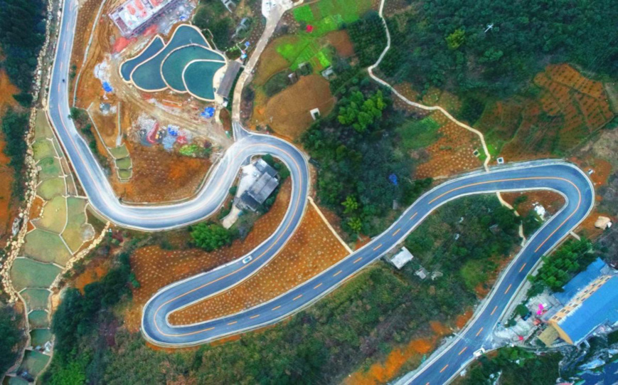 Photo taken is the newly-built roads of Nanmen village, Heishan town, Wansheng Economic and Technological Development Zone of Chongqing. The roads, built at an altitude of 1,000 meters, accelerate the pace of the village to get out of poverty. (Photo by People's Daily Online)