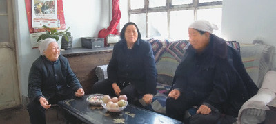 Shen Jilan (2nd left) visits local villagers on February 11 to collect public opinions as a reference to make proposals for the upcoming 13th National People's Congress. (Photo by Yang Junfeng from People's Daily)