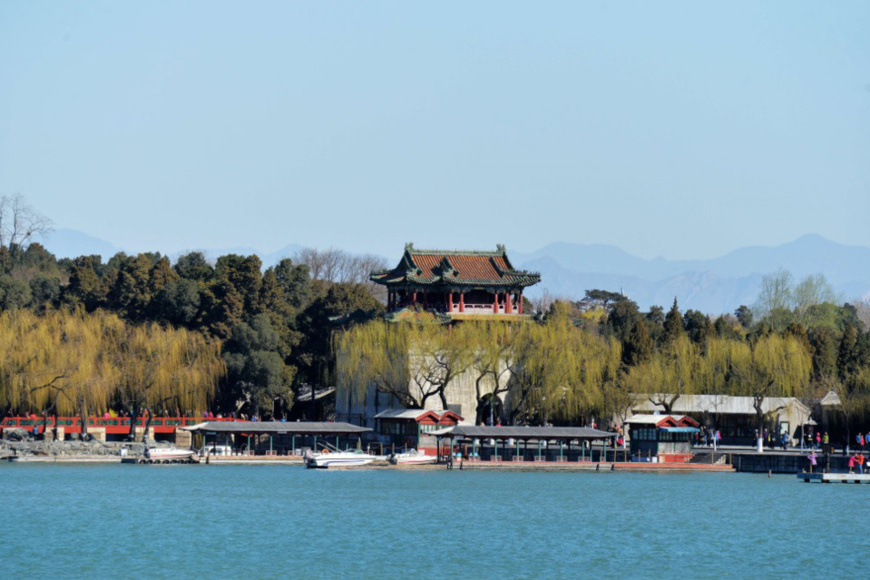 The Summer Palace under blue skies in early spring of 2017. Data shows that a total of 226 days reported good air quality in Beijing in 2017, 28 days more than in 2016, while the number of severely polluted days reduced to 23 from 39 days in 2016. (Photo from People's Daily Online)