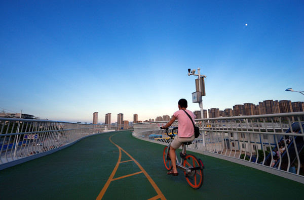 A man rides his bicycle on Xiamen's bicycle skyway. (Photo: CFP)