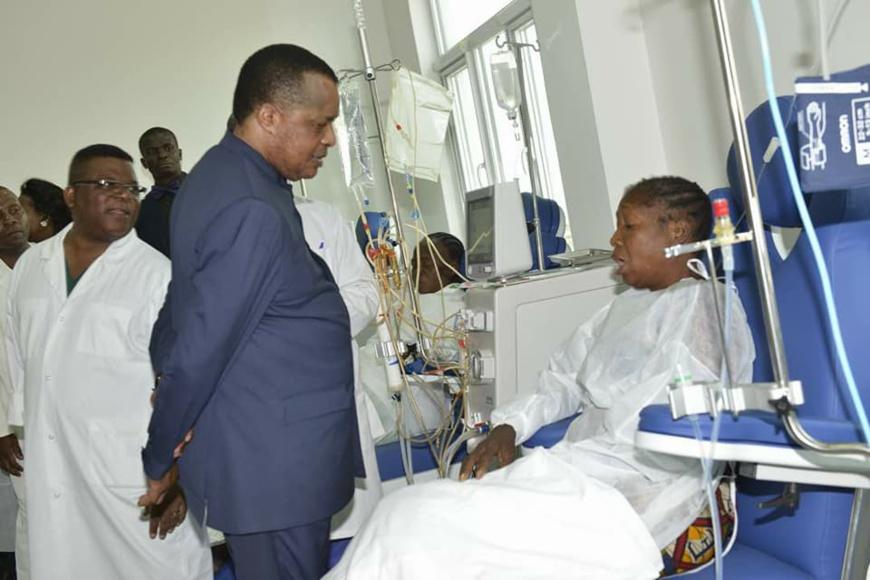 Le président Denis Sassou N'guesso visitant l'unité d'hémodialyse.
