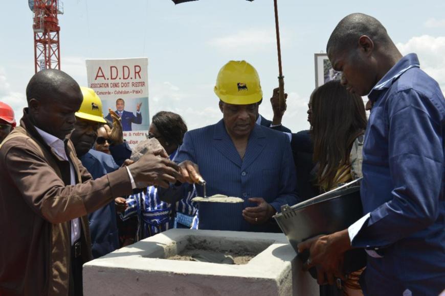 Denis Sassou N'Guesso posant la première pierre du centre d'excellence d'Oyo
