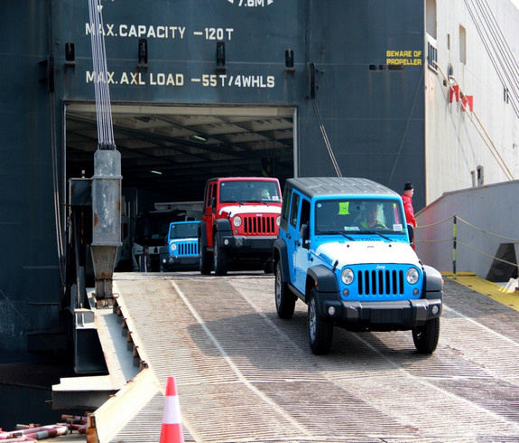 A total of 440 imported Jeep Wrangler off-road vehicles by US automaker Chrysler with a combined value of 200 million yuan arrive at a dock in Guangzhou, a city in southern China, Dec. 5, 2017. (Photo by Cai Minjie from China News Service)