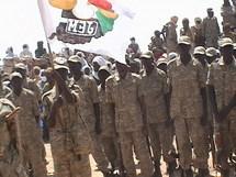 Des combattants de la rébéllion soudanaises, le MJE (Mouvement pour la Justice et l'Egalité) qui brandissent leur drapeau.