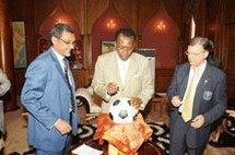 Le Président tchadien signe à N'Djamena le ballon qui symbolise la lutte contre la poliomyélite en Afrique.