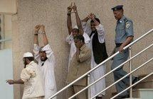 Photo prise le 24 juin 2009 des quatre islamistes impliqués dans le meurtre d'un diplomate américain, à la sortie du tribunal de Khartoum.