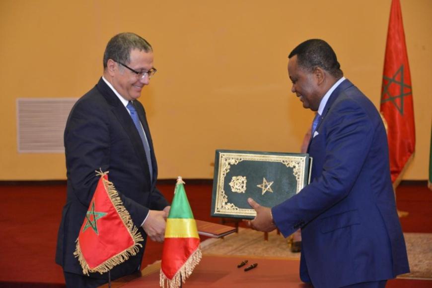 Echange de parapheurs entre ministres, après signature de l'accord