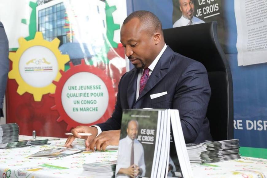 Denis Christel Sassou N'Guesso dédicaçant son livre.