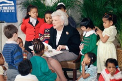 Barbara Bush raconte une histoire à un groupe d'enfants, en 1989. La Première dame a créé  la Barbara Bush Foundation for Family Literacy.  (© Charles Tasnadi/AP Images)