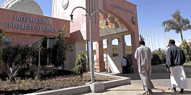 La porte principale de l'Université internationale d'Afrique, à Khartoum. CRÉDITS : JOAN TILOUINE / LE MONDE AFRIQUE