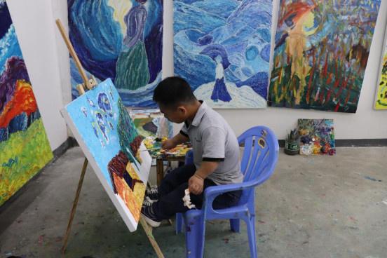 Shen Minghui draws in his studio/ Photo by Liu Lingling