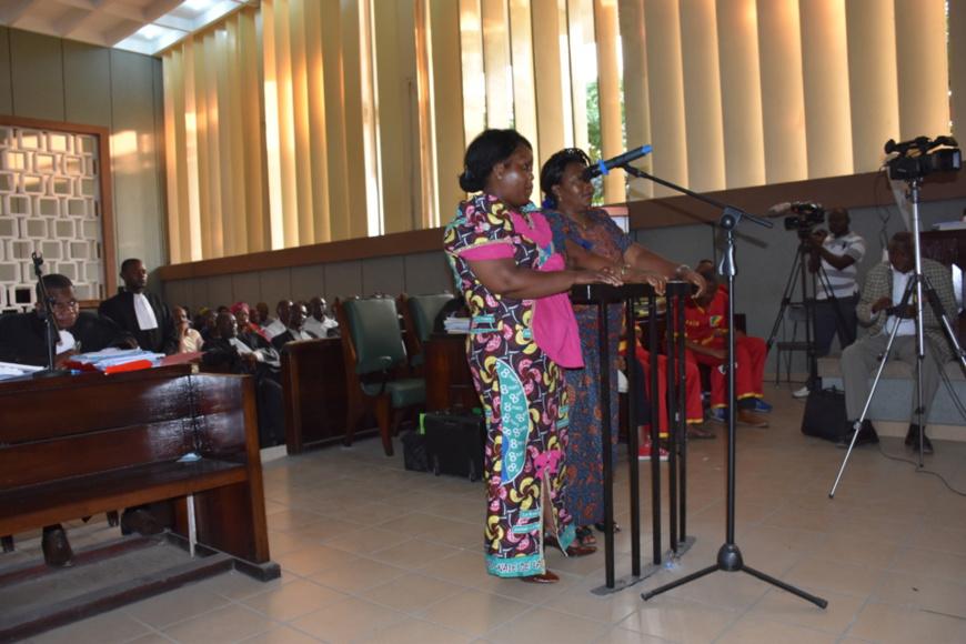 Madame Tekanima et sa fille devant la cour.
