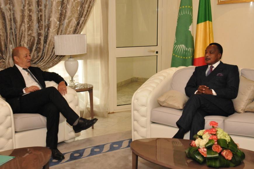 Denis Sassou N'Guesso et Le Drian à Oyo en 2015.