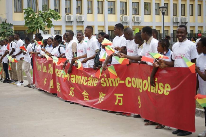 Les élèves du Lycée de la Révolution-Gampo Olilou à l'accueil de Wang Yang.