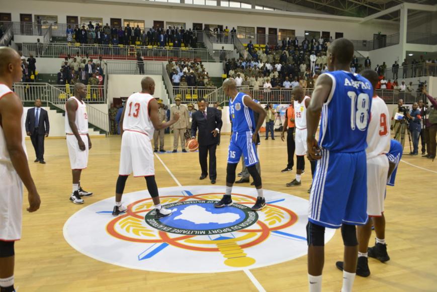 Denis Sassou N'Guesso donnant le coup d'envoi du Cambasket 2018.