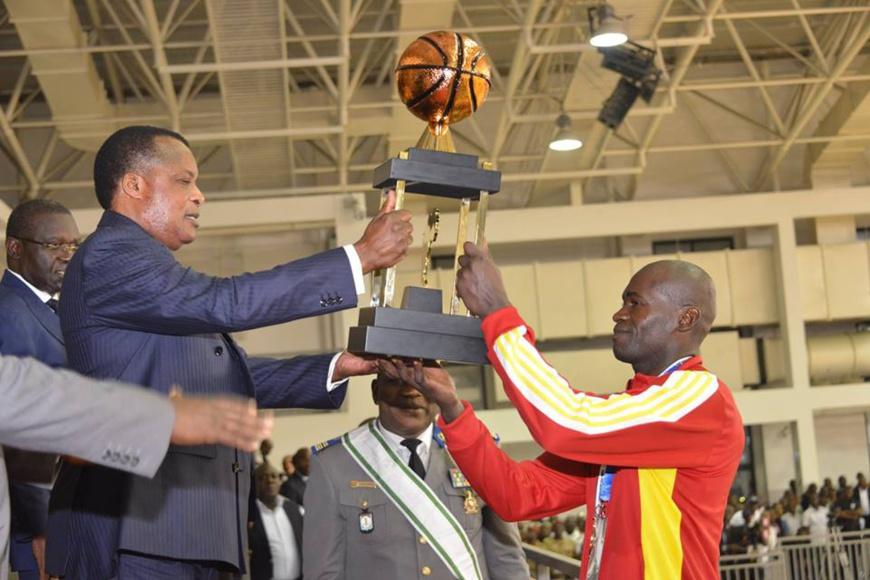 Denis Sassou N'Guesso remettant la coupe au capitaine du Congo.