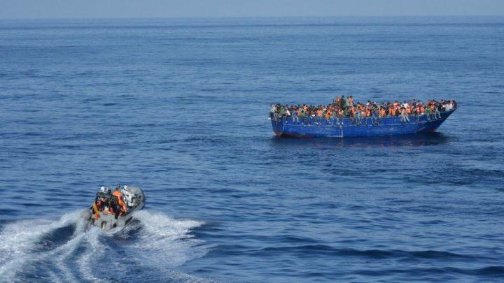 © Ministère espagnol de la Défense, AFP, Archives | Un bateau de migrants rescapés en Méditerranée près des côtes libyennes, sauvée par les gardes-côtes espagnols, en novembre 2015.
