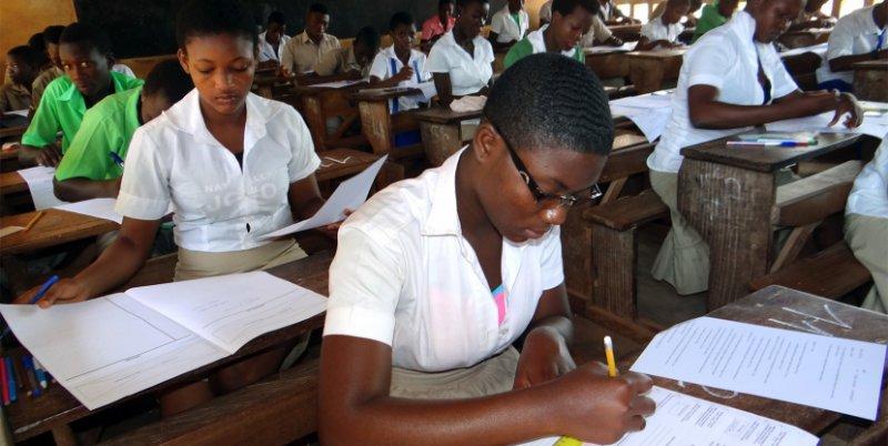 Des élèves composent un examen au Togo. Crédits photo : DR