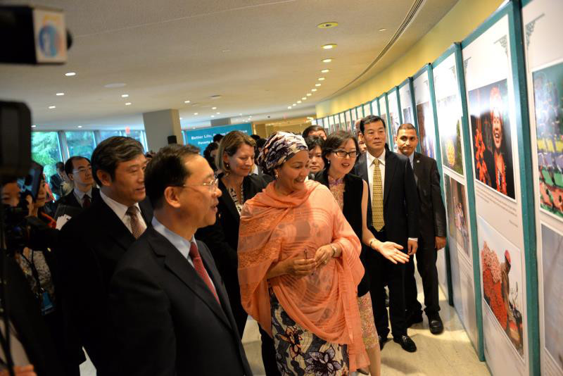 UN Deputy Secretary-General Amina Muhammad attended the exhibition on China's poverty alleviation efforts on June 30, 2018. (Photos:Yin Miao/ People's Daily)