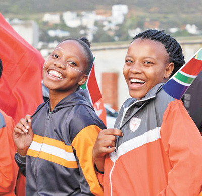Students in Cape Town, South Africa welcome the visiting Chinese naval escort fleet. (By Li Yingyan from People's Daily)