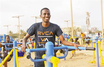 A Senegalese man is doing exercise in the China-aided fitness park in Dakar. (Photo by Li Zhiwei from People's Daily)