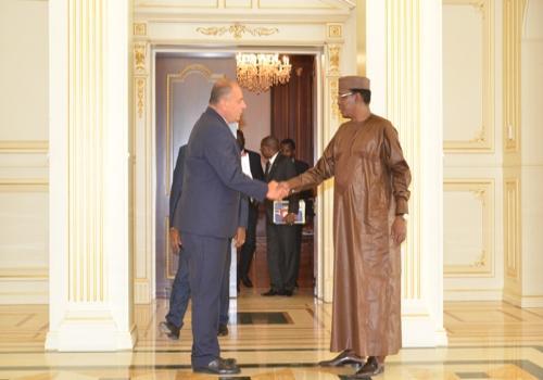 Poignée de main ce jeudi 9 août entre le président tchadien et le vice-président de la société turque Summa. N'Djamena, Tchad.