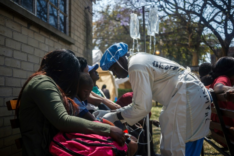 Une infirmière s'occupe de patients souffrant de choléra à Harare, le 11 septembre 2018 / © AFP / Jekesai NJIKIZANA