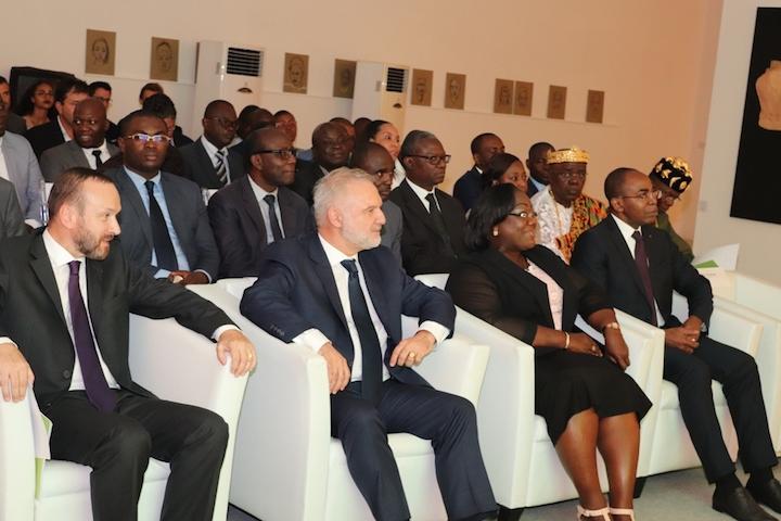 De gauche à droite, M. Patrice Fonlladosa, l'Ambassadeur de France M. Huberson, Madame la Ministre Anne désirée Ouloto (assainissement et salubrité) et M. le Ministre Issac Dé (numérique et PPT)