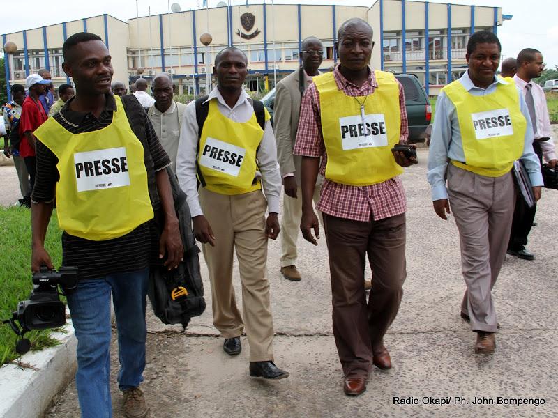 Des dossards de presse distribués le 24/11/2011 au commissariat général de la PNC à Kinshasa par Journaliste en danger (JED). Radio Okapi/ Ph. John Bompengo