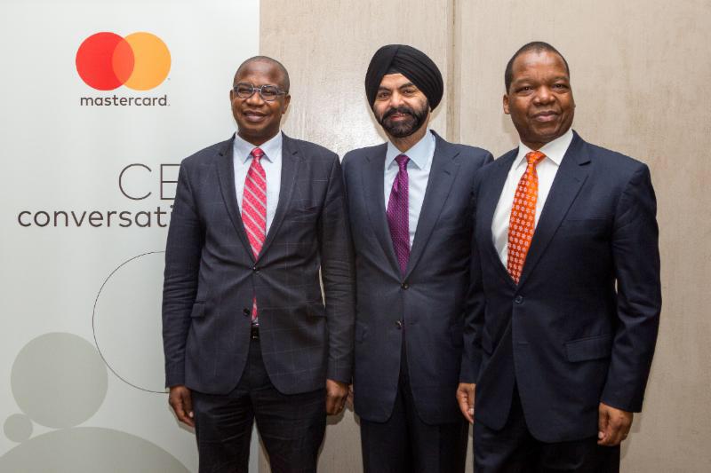 De gauche à droite: le Professeur Mthuli Ncube, ministre zimbabwéen des Finances et du Développement économique, Ajay Banga,  président-directeur général de Mastercard et John Mangudya_ gouverneur de la Reserve Bank of Zimbabwe (Banque centrale du Zimbabwe).