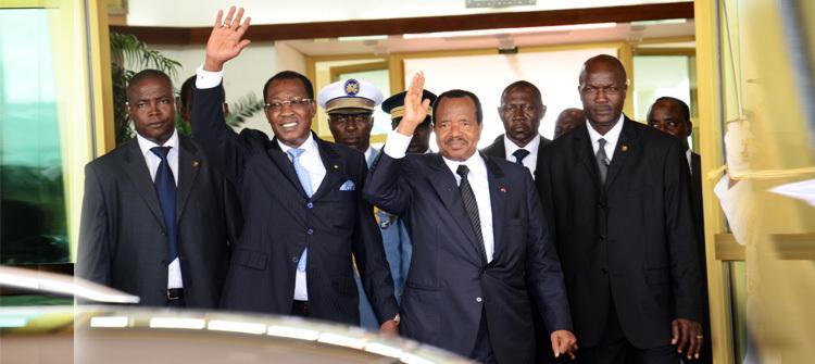 Idriss Déby accueilli par son homologue Paul Biya à l'aéroport du Cameroun le 22 mai 2014. Crédits photo : Présidence Cameroun.