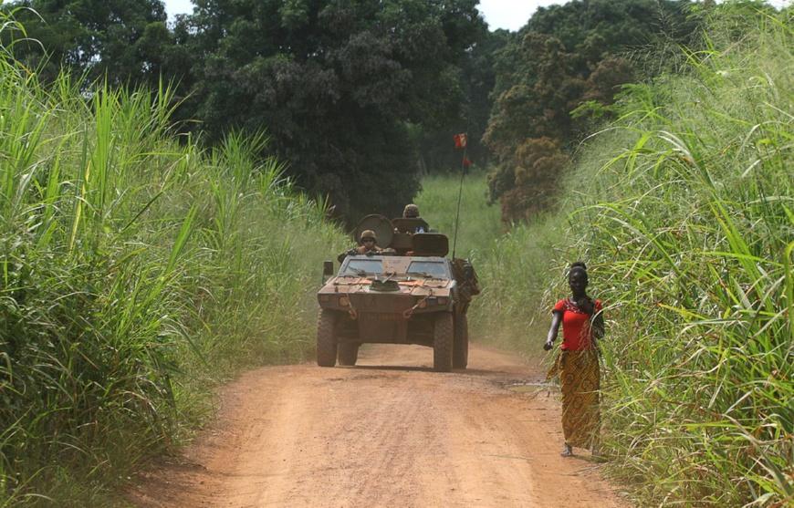 Des militaires français de la force Sangaris patrouillent dans le secteur de Sibut, au nord de Bangui (Centrafrique), le 25 septembre 2015. — EDOUARD DROPSY / AFP