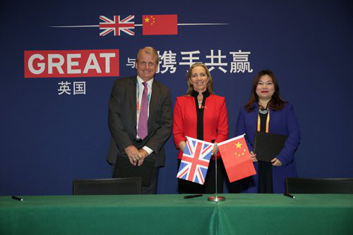 Rona Fairhead (center), British minister for Trade and Export Promotion, attends a signing ceremony at CIIE in Shanghai on Wednesday. Photo: Courtesy of the British Consulate-General in Shanghai