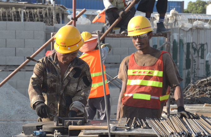Workers at a construction site of China Railway Construction Corporation in Port Moresby, Papua New Guinea. Since the launch of the Belt and Road Initiative, more and more Chinese businesses and investments have entered Papua New Guinea, helping it with its infrastructure development, boosting local economy and providing employment opportunities. (Photo: Liu Qing/People's Daily Online)