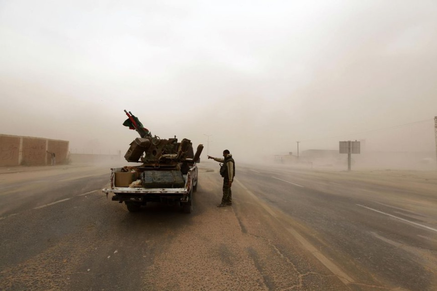 En 2012, près de Sebha, un soldat et un pick-up. Photo Anis Mili. Reuters.