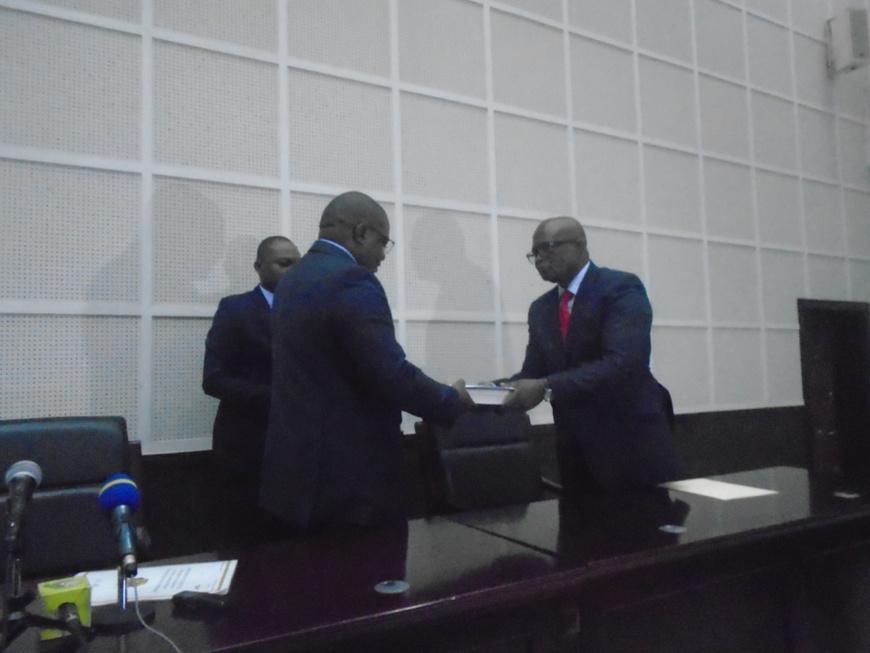 Rituel d'intronisation ministre Bininga (à gauche) et inspecteur Yobo (à droite).
