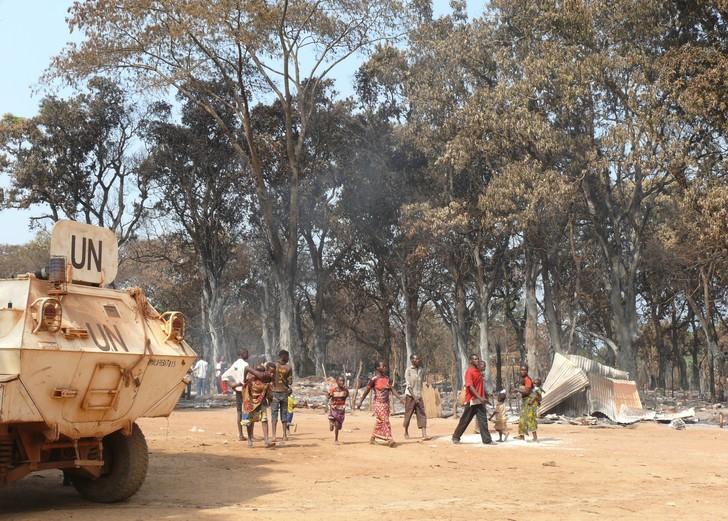 Des déplacés qui reviennent sur un site en Centrafrique. © Benoit Lallau