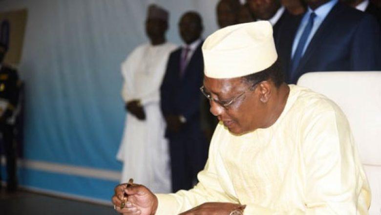 Illustration. Le président Idriss Déby signe un document. Crédits photo : DR