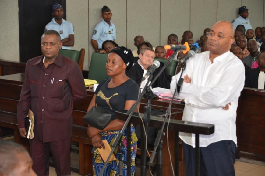 L'accusé Okombi Salissa (devant la barre) et ses temoins