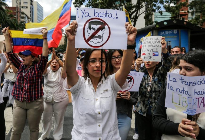 Une femme manifeste son ras-le-bol en signe de protestation contre le régime corrompu de Maduro (© Fernando Llano/AP Images)