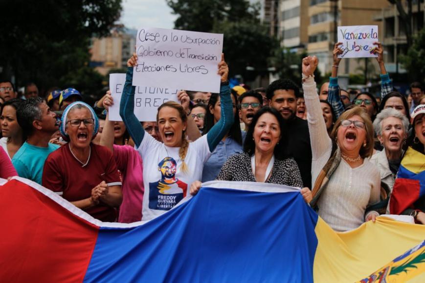 Lilian Tintori (au centre, à gauche), l'épouse du leader de l'opposition Leopoldo Lopez, en prison, réclame des élections libres. (© Fernando Llano/AP Images)