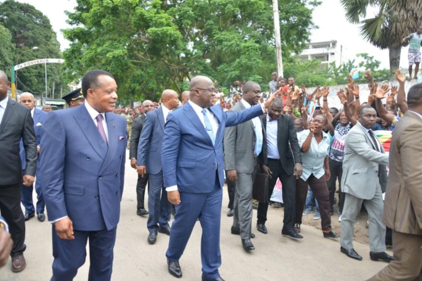 Denis Sassou N'Guesso et Felix Thisékédi saluant le foule.