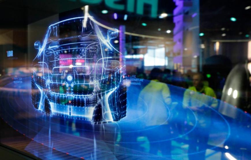 La technologie des voitures intelligentes est présentée sur écran au stand Intel du CES, le salon consacré à l'innovation technologique, à Las Vegas. (© John Locher/AP Images)