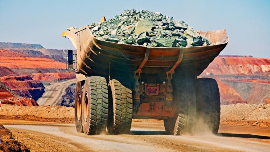 Un camion transportant du fer extrait d'une mine à ciel ouvert. Getty Images/John W Banagan